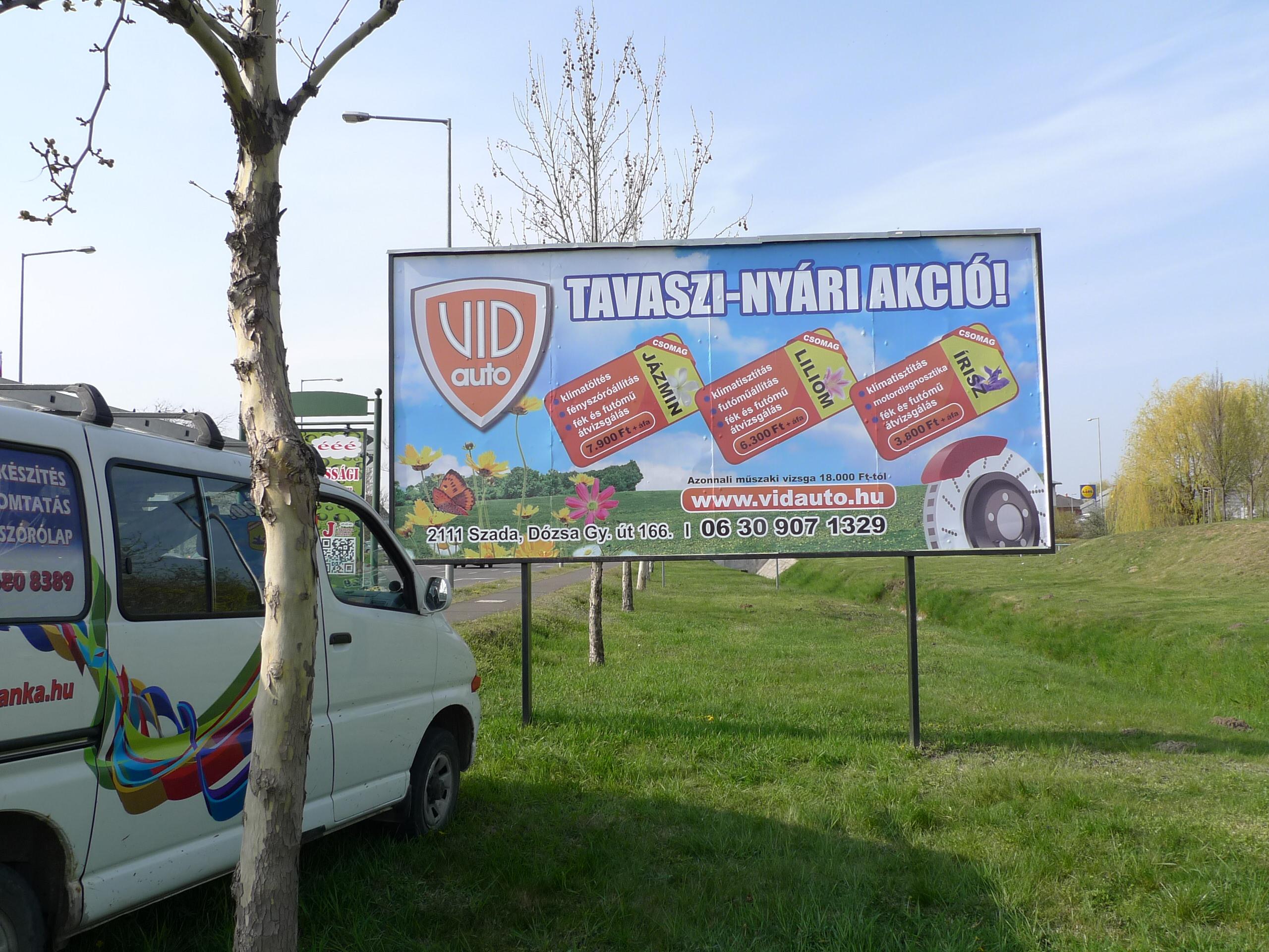 Reklámtábla az út mellett